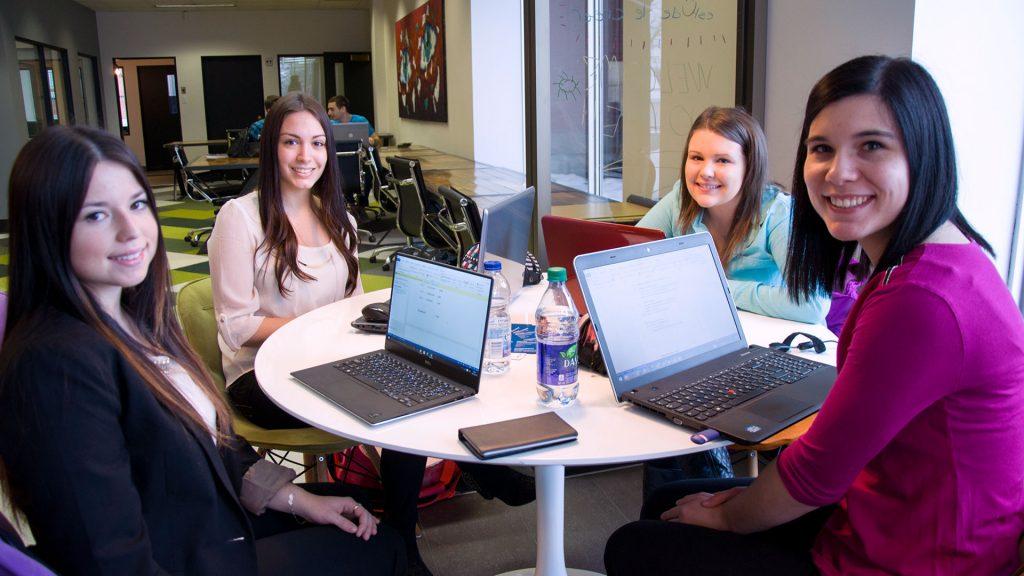 4 étudiantes en techniques de comptabilité et de gestion