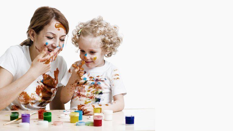 Éducatrice avec une enfants et des jeux de coloriage